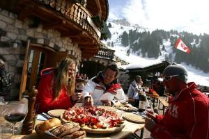 Eine deftige Brotzeit auf der Maierl Alm im Skigebiet Obereggen hat`s in sich. - Foto: Eggental Tourismus/Ph. Paolo Codeluppi
