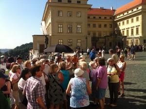 Unterwegs im Zeichen des schwarzen Schirms. Die Reisegruppe auf dem Hradschin, dem Prager Burgberg.