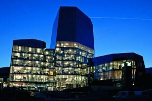 Wenn die Dunkelheit Einzug hält, wird das SALEWA-Gebäude noch imposanter. - Foto: Salewa
