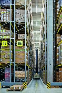 Im Warenlager werden täglich 45 000 Artikel bewegt. - Foto: Salewa