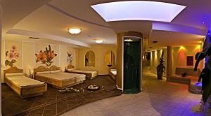 Der Wellnessbereich ist äußerst großzügig gestaltet. - Foto: Hotel Schneeberg