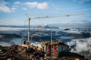 Auf der Großbaustelle des MMM Corones herrscht Hochbetrieb. - Foto: Tourismusverband Kronplatz