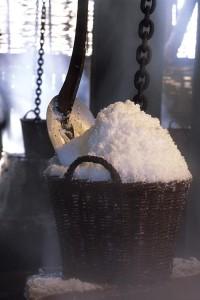 """Auf der dänischen Insel Læsø stellen Besucher das """"Weiße Gold"""" Salzsieden in offenen Eisenpfannen selbst her. Foto: VisitNordjylland"""