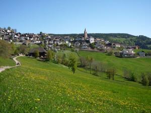 Hoch über Bozen liegt das malerische Dorf Jenesien. - Foto: Wolfgang Schmid