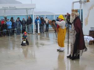 Spannung vor der Polartaufe: der Nachwuchs zeigt sich jedoch unbeeindruckt von Neptun und seiner Assistentin.