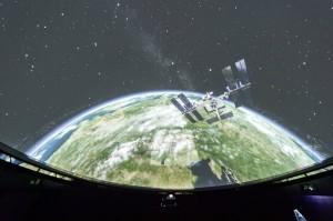 """Das gesamte Universum liegt dem Zuschauer bei einem Besuch des Planetarums in Gummer zu Füßen, und die Satelliten, die im Weltall """"stationiert"""" sind, rasen auf den Zuseher zu. - Foto: Othmar Seehauser"""