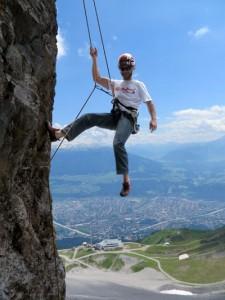 Der Erbauer der Kletterarena, Christian Piccolruaz, hat den Großteil der Touren als Einseillängen-Routen mit Top-Rope-Karabinern konzipiert. So können sich auch Einsteiger direkt am Fels versuchen. - Foto: Innsbruck Tourismus