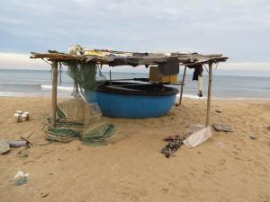 Einer der zahlreichen Unterstände und Boote der Fischer am Strand von Phan Thiet, das zu einer internationalen Destination des Tourismus werden soll.