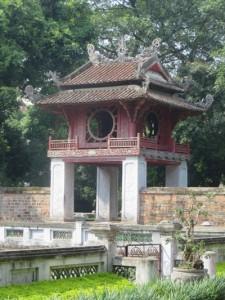 Ein Ort der Ruhe und Kontemplation inmitten des Lärms von Ha Noi, der Tempel Van Mieu. Das Tor mit dem Pavillon des Sternbildes der Literatur war über achthundert Jahre auch Eingang in die Akademie für die Söhne der Nation, wo die geistige Elite des Landes geschult wurde.