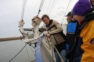 Bootsfrau Rita erklärt beim Ablegen die Handgriffe.
