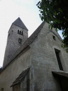 Der hübsche Kirchturm von St. Johann im Dorfe besticht mit seinen dreibogigen und zweibogigen Fenstern. - Foto: Dieter Warnick