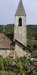 Der Glockenturm des Kirchleins St. Magdalena in Prazöll wurde um 1500 erhöht und erhielt dabei einen gemauerten Spitzhelm und spitzbogige Schallfenster. - Foto: Dieter Warnick