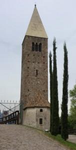 Der wuchtige Turm ist das Wahrzeichen der Kirche St. Martin in Kampill. - Foto: Dieter Warnick