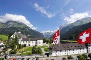 Das Benediktinerkloster Engelberg in der Zentralschweiz ist umgeben von hochalpiner Landschaft und ein Ort der Begegnung und Inspiration. - Foto: Engelberg-Titlis/Christian Perret