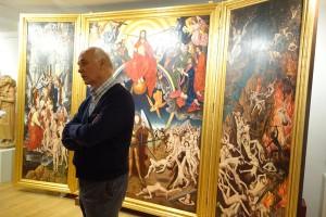 Herbert Perathoners 74-jähriger Bruder Bruno ist einer der bekanntesten Maler des Tals. Hier steht der Künstler vor einem Triptychon, an dem er sechs Jahre lang arbeitete. – Foto: Val Gardena-Gröden Marketing