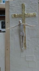 Mit diesem Modell eines Kruzifixes, bei dem Jesus die Erlösung darstellt, gewann Filip Moroder Doss im Juli 2014 einen Wettbewerb in Fatima. Das Original soll 2,50 Meter hoch werden. – Foto: Dieter Warnick