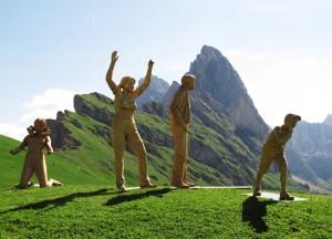 Alpenländische Motive, volkstümliche Gruppen und Einzelfiguren erfreuen sich großer Beliebtheit. Diese vier Zeitgenossen, jubelnde Fans, stehen unweit der Sofiehütte auf der 2450 Meter hohen Seceda. – Foto: Sofiehütte