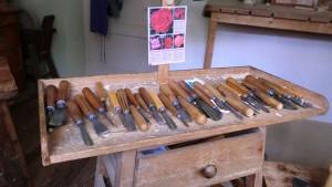 Heute noch arbeiten die meisten Holzschnitzer in der stua (ladinisch für Stube), am penic (Schnitztisch) und bearbeiten das Holz mit ihren scarpiei (Schnitzeisen). – Foto: Dieter Warnick