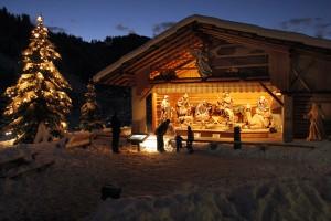 Die größte handgeschnitzte Krippe der Welt, die in St. Christina das ganze Jahr über zu sehen ist, ist in der Weihnachtszeit festlich beleuchtet und wird von vielen Menschen besucht. – Foto: Val Gardena-Gröden Marketing