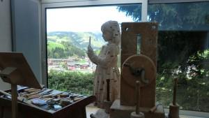 Atelier mit Aussicht: Gehard Demetz aus Wolkenstein lässt sich mitunter auch von seiner Heimat inspirieren. – Foto: Dieter Warnick