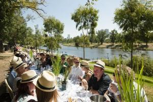 """Das Food and Wine Festival steigt in Melbourne. Den Auftakt macht """"World's Longest Lunch"""", eine 500 Meter lange Tafel mit 1500 Gästen. – Foto: Daniel Mahon"""