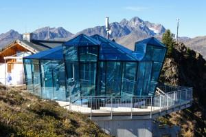 Ein besonderes Highlight der neuen Wintersaison ist die neue Aussichtsplattform samt SkyBar im Glasdiamanten-Design neben dem Restaurant Gratli auf 2220 Metern Höhe. – Foto: Bergbahnen See