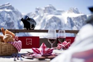 Wintersport und Genuss, die beiden Kernkompetenzen von Alta Badia, schaffen ein einmaliges Angebot. – Foto: TVB Alta Badia