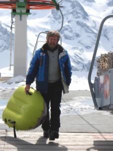 In der Gipfelstation Haldigrat in Engelberg/Zentralschweiz: Liftbesitzer Kurt Mathis verleiht auch Airboards und hält selbst den Rekord für die schnellste Abfahrt. – Foto: Engelberg-Titlis