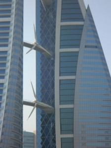 Das Bahrain World Trade Center hat eine Besonderheit – drei an den Querstreben montierte Windkraftanlagen. - Foto: Dieter Warnick