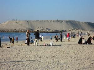 Der kilometerlange weiße Sandstrand ist ein beliebtes Ausflugsziel, nicht nur für Einheimische. - Foto: Dieter Warnick