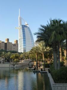 Mit seiner besonderen Architektur, die an ein aufgeblähtes Segel erinnert, ist das Burj Al Arab eine der großen Sehenswürdigkeiten von Dubai. - Foto: Dieter Warnick