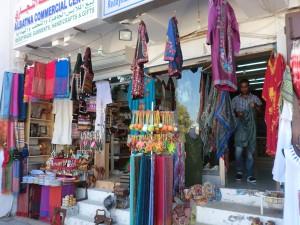 Der Souk von Muttrah in Muscat ist ein überaus lebhafter, farbenprächtiger Markt inmitten faszinierender Handelshäuser aus dem 18. Jahrhundert. Hier lässt es sich nach Herzenslust stöbern und handeln. - Foto: Dieter Warnick