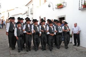 Der Cante Alentejano ist ein mehrstimmiger Chorgesang, der von Amateuren und fast immer in Tracht vorgetragen wird. Das Bild zeigt die Grupo-Coral-da-Freguesia-de-Monsaraz. – Foto: Pura Communications