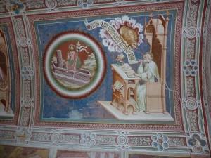 Im Kirchenraum von St. Helena deuten zahlreiche gut erhaltene Fresken und vier großflächige Bilder auf das Evangelium hin. – Foto: Herbert Pichler