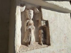 Große Aufmerksamkeit verdient in St. Helena das in den südlichen Eckpfeiler eingelassene Sandsteinrelief. Es zeigt die heilige Helena, die hinter dem Kreuz kniet, und den betenden Stifter aus dem frühen 14. Jahrhundert. – Foto: Herbert Pichler