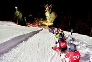Ein imposantes Bild: 240 Schlitten rasen talwärts - und das bei einem fulminanten Feuerwerk. – Foto: Obereggen AG/live-style.it