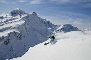 """Teilnehmer der fünfstündigen """"Pfarrer Müller Freeride Tour"""" können sich jeden Freitag auf die historischen Spuren des Warther Skipioniers begeben und dabei die besten Freeride-Hänge des Ski Arlberg Skigebiets erkunden. - Foto: Warth-Schröcken Tourismus"""
