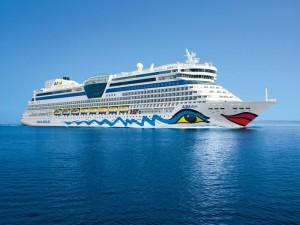 """Das ist die """"Aidadiva"""": Länge: 252 Meter; Breite: 32 Meter; Gästekabinen: 1025; Restaurants: 7; Bars: 11; Leistung 36 000 KW (50 000 PS), Besatzungsstärke: 587. - Foto: Aida Cruises"""