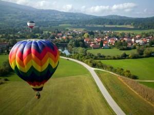 Eine Ballonfahrt - hier über dem Allgäun - und noch vieles mehr warten auf Regiondo. Foto: regiondo.de