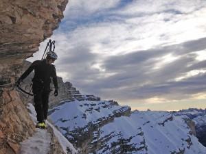 Der neue Klettersteig führt lawinengeschützt zum Gipfel der Tofana di Mezzo. – Foto: Cortina Turismo