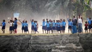 Winkende Schulklasse am Brahmaputra.