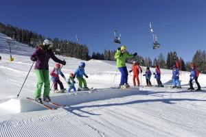 Im Family Fun Park lernen schon die Kleinsten spielerisch das Skifahren. – Foto: Carezza Ski, Laurin Moser