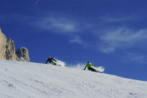 Blauer Himmel und bestens präparierte Pisten – die Skigebiete Obereggen und Karersee bieten alles, was das Herz begehrt. – Foto: Carezza Ski, Laurin Moser