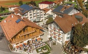 """Der neue Lindenhof auf einen Blick: Vorne links das Wirtshaus """"z'Füssing"""", dahinter das Haupthaus """"Wappen"""", rechts davon die """"Villa Sophia"""", davor das Haus """"Therme"""", vorne rechts das Bio-Haus """"Linde"""" und die Vinothek """"Zur Weinpress""""."""