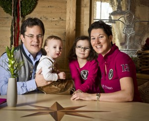 Hotelchefin Bettina Maria Ortner-Zwicklbauer mit ihrem Mann Martin und den Kindern Sophia (6 Jahre) und Martin jun. (2).