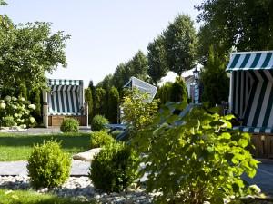 Im Außenbereich werden in den Sommermonaten Sylter Strandkörbe aufgestellt.