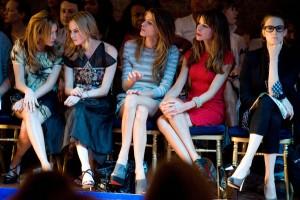 In der ersten Reihe der Modeschauen tummeln sich die Stars aus Film und Fernsehen. Foto: istock.com / franckreporter