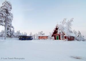 Das rote Haus vom Weihnachtsmann steht in geeigneter Weise direkt neben dem Holiday Club Hotel in Saariselkä.