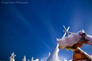 """Ein """"Lavvu"""" ist ein lappisches Zelt, das vom Volk der Saami stammt. Das Holz wird normalerweise zur Übernachtung mit Stoff bedeckt."""