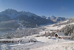 """Innichen mit seinen 3300 Einwohnern ist eine Perle des Hochpustertals. Die Marktgemeinde, eine von wenigen Märkten in Südtirol, zeichnet sich durch seine urbane Struktur, seine einladenden Geschäfte und seine Vielfalt an erstklassigen Restaurants aus. Vor allem bei italienischen Gästen ist San Candido, so der italienische Name, beliebt – 90 Prozent aller Urlauber kommen vom """"Stiefel"""". 2019 feiert der Ort seine 1250-Jahr-Feier. – Foto: Tourismusverband Hochpustertal / H. Oberhofer"""